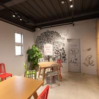 商談&ミーティングスペースは開放的に。椅子は廃ペットボトルから作られたリサイクル品です。